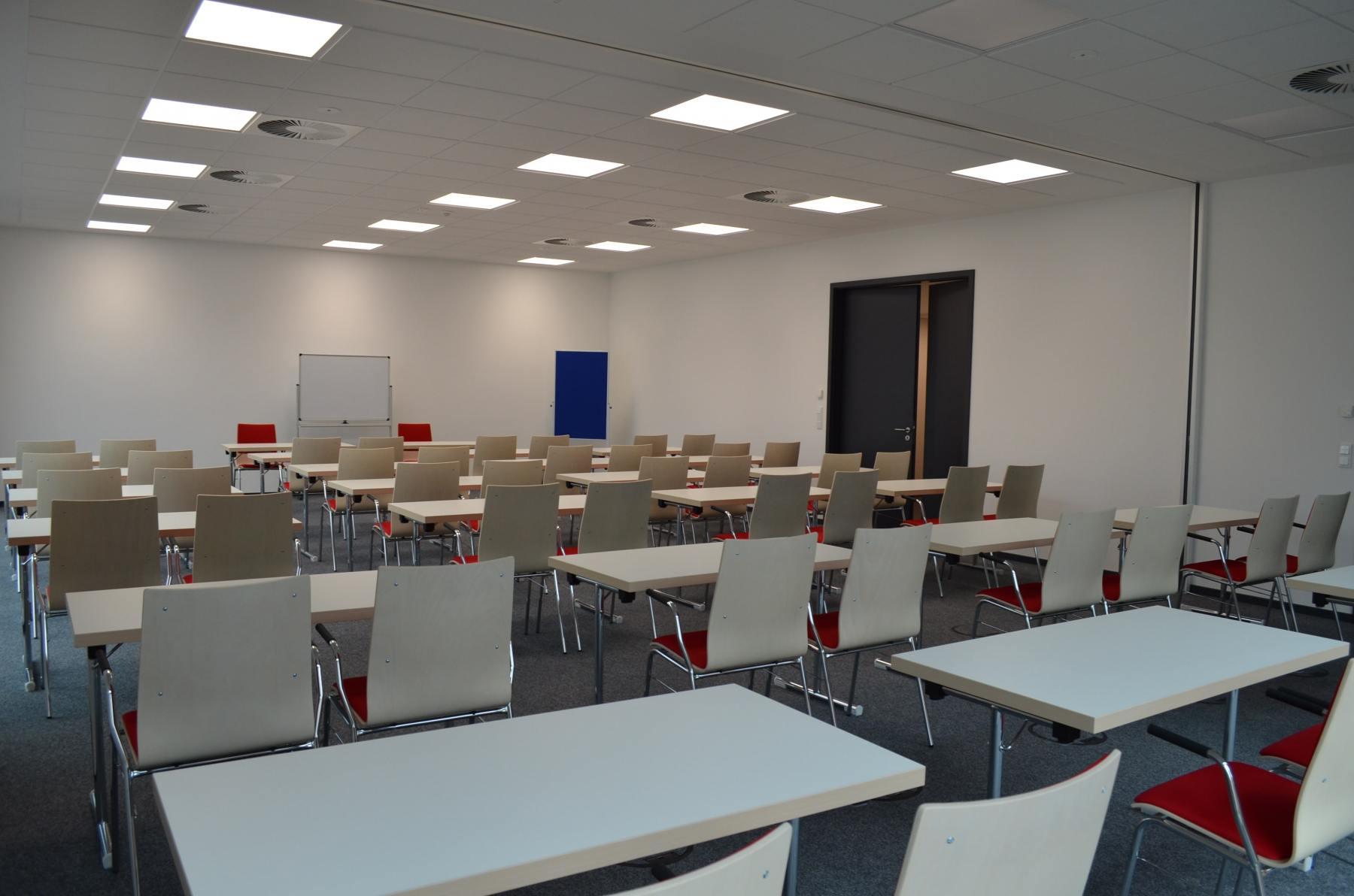 Ganzer-Seminarraum_2-min